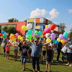 Kunterbuntes Schulfest bei strahlendem Sonnenschein